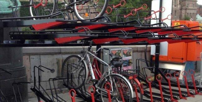 Gas assisted two tier cycle stands